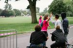 Simon Minor verteilte High 5s an die Teilnehmerinnen des an der Zoobrück vorbeiführenden Women