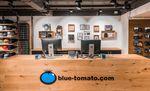 Der neue Blue Tomato Shop bietet alles rund ums Surfen, Skaten und Snowboarden, dazu trendige Streetwear, Schuhe und Accessoires.