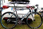Der Rahmen des Focus Izalco Max wiegt nur 750g. Durch die Gabel kommen nochmal 295g hinzu. Das von der UCI vorgegbene Minimalgewicht liegt bekannterweise bei 6,8kg. Da muss also noch einiges drauf.