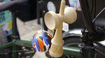 Die Jungs von Autum Bicycles bringne in Kooperation mit Krom jetzt Kendamas auf den Markt. Was man damit anstellen kann, erfährst du in diesem Video.