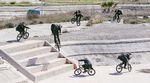 Bruno Hoffmann, Kilian Roth und Moritz Nußbaumer zerlegen in Hellikon die verlassene Kanustrecke der Olympischen Spiele 2004 in Athen.