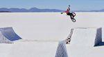 BMX auf Rampen aus Salz in 3.600 m Höhe? Der Red-Bull-Teamfahrer hat sich dieser Herausforderung gestellt. Hier geht