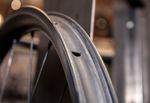 Am weitesten verbreitet ist beim Fahrrad wohl der Drahtreifen. Die dazu passende Felge erkennt man an den hohen Felgenhörnern, die dem Reifenwulst den Sitz verleihen.