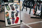 Du magst deine Handschuhe gerne bunt? Dann solltest du in Erwägung ziehen, dir ein Exemplar der Fist Gloves zuzulegen. In der Mitte der oberen Reihe haben wir zum Beispiel den Signaturehandschuh von Alex Coleborn und links daneben das Kyle-Baldok-Modell. Killabees on the swarm! Alle Handschuhe von Fist werden aus extrem dehnbaren Lycra-Stoff hergestellt und sind an den Spitzen von Zeigefinger und Daumen besonders leitfähig, damit du sie nicht ausziehen musst, wenn du während der Session mal schnell etwas auf Instagram posten oder eine Nachricht schreiben möchtest