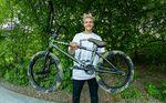 Da hat jemand nicht nur die Haare schön: Die Cult Crew hat Kilian Roth eine Signaturefarbe des Shorty-Rahmens spendiert. Mehr dazu in unserem Bikecheck.