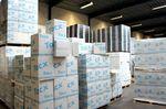 Das Lager ist bis unter die Decke voll mit Kartons. Fertige Produkte warten hier darauf in die ganze Welt verschickt zu werden. Die Empfänger sind Vertreter, Händler und Endkunden in 54 verschiedenen Ländern.