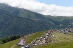 Der vertraute Anblick der Tour de France: Berge, Wohnmobile und Fans am Straßenrand (Foto: Sirotti)