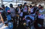 Auch Pro Snowboarder müssen Schlange stehen.