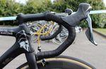 Die Lenker der meisten Fahrer sind doppelt mit Lenkerband ausgestattet, wenn es um Rennen wie Paris-Roubaix geht. Auch hier fällt Cancellara aus der Reihe. Er hat nur eine Schicht Lenkerband. Ganz schön harter Knochen. Spartacus halt.