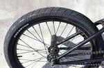 """Shane und Bruno fahren 2,3"""" breite Reifen, damit sie bei Grinds nicht am Rail oder der Ledge langschaben"""