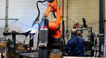 Beim Schweißen der Stahlrahmen für die Heimtrainer arbeiten Mensch und Maschine zusammen.