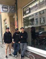 Piet Savelsberg, Thommy Ebeling und Daniel Fuhrmann vor dem kunstform BMX Shop Berlin