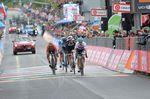 Für den Titelverteidiger Tom Dumoulin (Team Sunweb) ging es letztendlich nur noch um Schadensbegrenzung. Er überquerte als dritter auf der 15. Etappe die Ziellinie. (Foto: Sirotti)