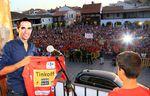 In seiner Heimatstadt Pinto feiert Alberto Contador den Gesamtsieg der Vuelta. (Foto: Tinkoff-Saxo)