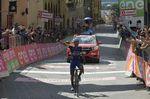 Mit einer Minute Vorsprung erreichte Brambilla das Ziel und sicherte sich seinen ersten Grand-Tour-Etappensieg und das Maglia Rosa. Foto: Sirotti