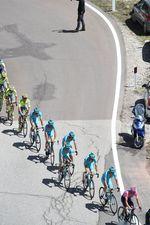 Astana übernahm die Führung im Feld und machte Tempo. Foto: Sirotti