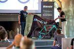 """Angelo Lecchi, Produkt-Manager bei Bianchi (links) sagt, dass das Oltre XR4 nicht die Rolle des leichtesten, steifsten oder aerodynamischsten Fahrrads in Anspruch nehmen will, betont jedoch Bianchis Ziel, ein möglichst """"komplettes"""" Bike zu entwerfen. (pic: Michele Mondini)"""