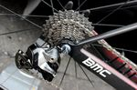 Shimano sponsort 10 WorldTour Teams: Giant-Shimano, Belkin Pro Cycling, BMC Racing, FDJ.fr, Garmin-Sharp, Katusha, Orica-GreenEDGE, Lampre-Merida, Team Sky und Trek Factory Racing. Hier sehen wir die Shimano Dura-Ace Di2-Gruppe auf einer 11-28t-Kassette.
