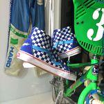 Im Schaufenster des Sneakermuseums wurden die Zutaten für ein Traumoutfit aus den 80ern arrangiert.