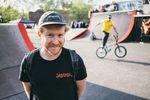 Tom Schorb-Mergenthaler in feinster Schuljungenpose während im Hintergrund der Flatlandflo seine Runden dreht