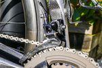 Der umgestaltete, vordere Umwerfer arbeitet jetzt mit einen längeren Arm. Die Konstruktion ähnelt der, die wir von den neueren Shimano Gruppen kennen. So konnte Campagnolo nicht nur die Schaltleistung verbessern, man muss jetzt beim Schaltvorgang auch deutlich weniger Kraft auf die Hebel ausüben.