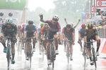Auf regennassen Straßen siegt Elia Viviani (Quick-Step Floors) im Massensprint auf der 17. Etappe des 101. Giro d