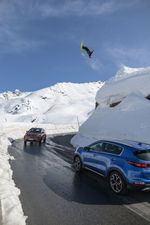 Lukas Schlickenrieder cleart das Roadgap mit einem Backflip. credit: Steffen Vollert