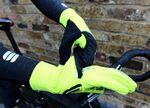 Die Craft Hybrid Weather-Handschuhe mit einer Lasche, in der der Fäustling-Überzug verschwindet, wenn man ihn nicht mehr braucht.