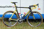 Marcel Kittel hat die erste Etappe der 101. Tour de France gewonnen und bekam damit als Gesamtführender gleich ein gelbes Giant Propel verpasst. Seine Mechaniker haben das gelbe Propel im Team Truck unter Verschluss gehalten, bis Kittel das Gelbe Trikot bekam.