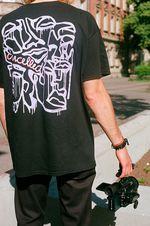 Und wer es lieber etwas dunkler mag, kann sich das neue Shirt der Cancelled Crew natürlich auch in schwarz holen