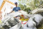 Vorbereitung des Fallschirms in der Stadt Huaraz – Foto: Denis Klero/Red Bull Content Pool