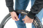 Schritt 2: Mit dem zweiten Reifenheber den Reifen von der Felge ziehen. ©Martin Ohliger