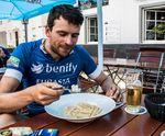 Mit 8000 Kalorien pro Tag ist Jonas Deichmann während seiner Eurasia Challenge die reinste Carbo-Verbrennungsmaschine. Beim Getränk handelt es sich übrigens um Apfelschorle. Foto: Arian Schlichenmayer