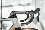 Kein Kabel stört den Windfluss. Das integrierte Cockpit sieht aufgeräumt aus und spart Watt. Allerdings nicht bei den Mechanikern. Der Vorbau hat mit etwa 140 mm eine agressive Profilänge. Sagan fährt entsprechend einen relativ kleinen 56er-Rahmen bei 1,84 m Körpergröße. Foto: Jim Fryer/brakethroughmedia.com