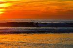 Silhueta do surfista no por do sol vermelho. Praia de Carcavelos em Cascais Portugal