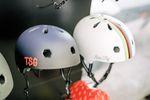 Alle Helme von TSG sind natürlich zertifiziert und zeichnen sich ausnahmslos sowohl durch ihren Low-fit (sitzen extra niedrig auf dem Kopf) und ihren Snug-Fit aus (passt sich automatisch der Kopfform an)