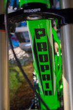 Für die Saison 2014 ist das RAGE standardmäßig in den Farben Raw und gegen einen Aufpreis von 25,00 EUR in Liquid-Green erhältlich.