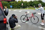 Wer immer schon wissen wollte wie man Fotos von frei stehenden Rädern macht, so gehts. Der Fotograf zählt an und wir geben das Rad für 2-3 Sekunden frei, um es dann wieder aufzufangen.