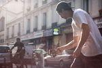 """Robin Kachfi filmt Jan Mihaly in Paris mit einem Smartphone und einem Schwebestativ. Beim """"Sosh Urban Motion""""-Videocontest haben die beiden 2107 den 2. Platz belegt"""