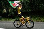 Let the Welsh flag fly – Geraint Thomas feiert seinen Sieg der 105. Tour de France in Paris. (Foto: © ASO)