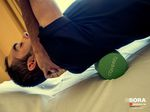 Jose Mendez vom Team Bora-Argon 18 lockert mit Hilfe seines Physiotherapeuthen seine Brustwirbelsäule.