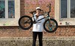 Artur Meister hat von Traffic Distribution einen neuen Rider spendiert bekommen. In unserem Bikecheck vertritt der Kink-Teamfahrer eine unpopuläre Meinung.