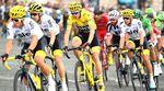 Auch die weiteren Sky-Fahrer, die ebenfalls ihren Teil zum Erfolg des 32-jährigen Froome und zum Sieg der Teamwertung von Sky beitrugen, bekamen für das Tourfinale gelbe Shorts, Trinkflaschen, Lenkerband und Helme spendiert. (Bild: Sirotti)