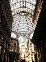 Die Einkaufspassage Galleria Umberto I beeindruckt mit ihrer prachtvollen Glaskuppel. Foto: Martina Zollner