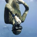 Freediver equalizing pressure while moving down. Meanwhile Blue Hole divers are watching him.