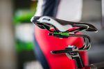 Zwischen Sattel und Sattelstütze installiert, soll die c-förmige Rinsten Spring für mehr Komfort beim Fahrradfahren sorgen. Foto: Rinsten Spring