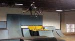 Zwischenstation zum World First: Colton Walker hat auf der Resibox des The Factory Skateparks einen Twix to Tailwhip gestanden. Hier gibt