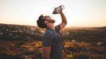 Ein erfrischendes Wasser kann Wunder auf einem Langstreckenflug bewirken. Foto: Aidan Meyer