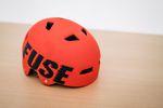 """Beim BMX-Fahren einen Helm zu tragen, ist immer eine gute Idee. Der Alpha von Fuse sitzt gut, erfüllt die U.S. CPSC Norm und bietet dank seiner """"High Impact""""-Schale bestmöglichen Schutz. Neben dem Rot vom Foto ist er auch noch in schwarz, weiß und cyan erhältlich. UVP: 39,99 €"""