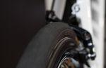 Auf Kopfsteinpflaster zahlen sich breitere Reifen schnell aus. Foto: Arian Schlichenmayer